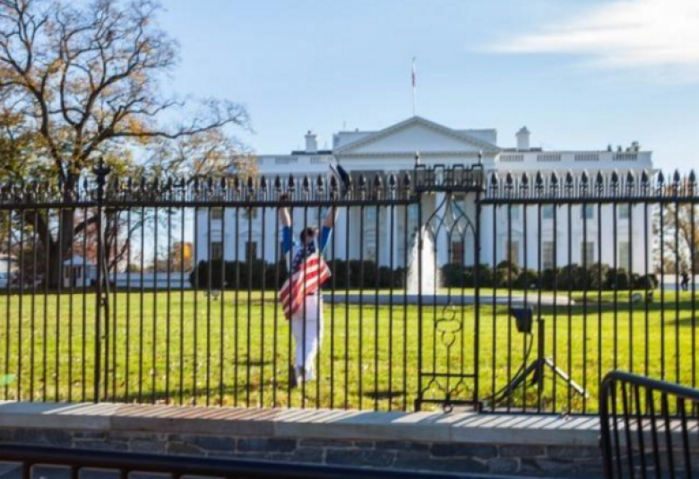 Man Arrested After Jumping White House Fence