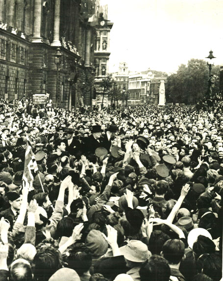Churchill-and-VE-Day-crowd.jpg